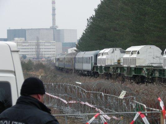castor-transport-zum-zwischenlager-lubmin-im-hintergrund-das-stillgelegte-akw-bruno-leuscher-bei-greifswald