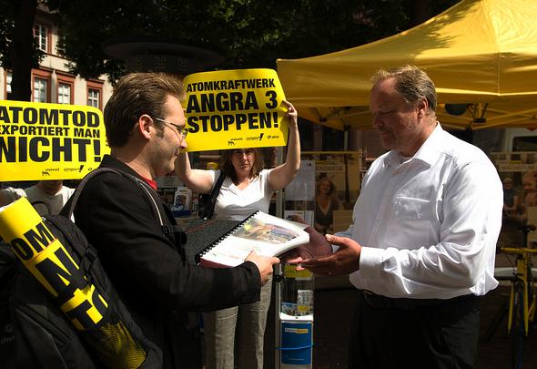 02.08.2012: Übergabe von 134.000 Unterschriften an Entwicklungshilfeminister Niebel; Foto: Jens Volle / campact