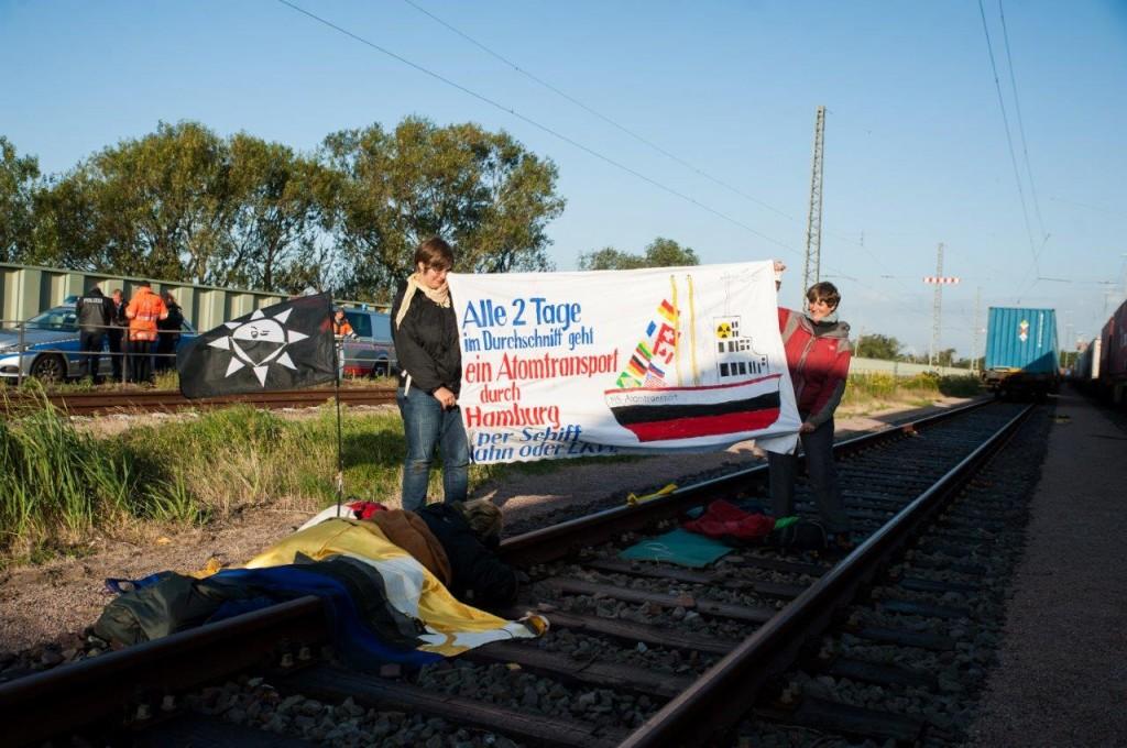 Angekettet vor dem Atomtransport mit Uran-Kontainern. Foto: Pay Numrich