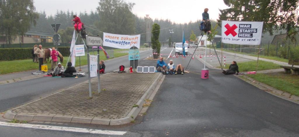 Blockade in Büchel, 5.8.2014, Bild: buechel-atomwaffenfrei.de