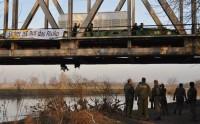 Gleisblockade des Castors von Karlsruhe nach Lubmin; Foto: Robin Wood/dapd